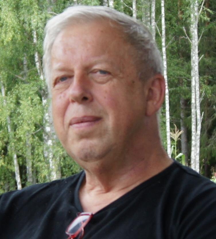 - Trond Johan Hübertz — tenorsaksofonDet ville føra for langt å presentera alle medverkande i bandet PAML.Trond Hübertz, mangeårig bandmedlem og årleg initiativtakar til Sluzzjazz i Lennartsfors, får her stå som representant for bandet. Trond er utdanna sivilingeniør frå NTH i Trondheim. Han har i mange år fungert som rådgjevar innan leiing og utvikling og m.a. utgjeve boka 'Tankesprang. Autentisk adferd i kommunikasjon.' Han har òg vore bedriftsleiar i fleire teknologibedrifter. I seinare tid har han fordjupa seg i filosofi og naturvitskap. Trond tok til å spela saksofon i 45 års alder og kom med i Planarbeidernes Musikklag snart etter. For 10 år sidan flytta han til eit skogsbruk i søndre Värmland, og ligg ikkje på latsida. Med PAML har han no spela i meir enn 20 år.