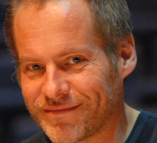 - Erlend Skomsvoll – piano(f 1969 i Bærum) er norsk jazzmusiker (piano og tuba), komponist og arrangør, utdanna ved Jazzlina NTNU (1996–1998), der han medverka i Come Shine. I 2000 vart han tilsett i Norsk kulturråds aspirantstilling ved Midt-norsk jazzsenter, og har fungert som utøvar, dirigent og arrangør for Trondheim Jazzorkester, m.a. i samarbeid som har inkludert Pat Metheny, New York Voices ogChick Corea. Han har òg samarbeidd med Oslo Filharmoniske Orkester, Madrugada, Bodø Sinfonietta, Trondheim Musikkteater, osb. I 2003 motok han De unges Lindemanpris. Han komponerer alt til sitt eige «Skomsvoll Orkester» (etablert 1996) vidareført i «Skomsork». Bandet vart nominert til Spellemannprisen. I 2008 ledet han kvartetten Skoms til utgjeving av CD og DVD. I 2014 utgav han albumet Holberg Variations saman med Christian Ihle Hadland og orkesteret 1B1. For albumet fekk dei Spellemannprisen 2014 i klassen klassisk. Skomsvoll fekk i 2014 Buddyprisen frå Norsk jazzforum.