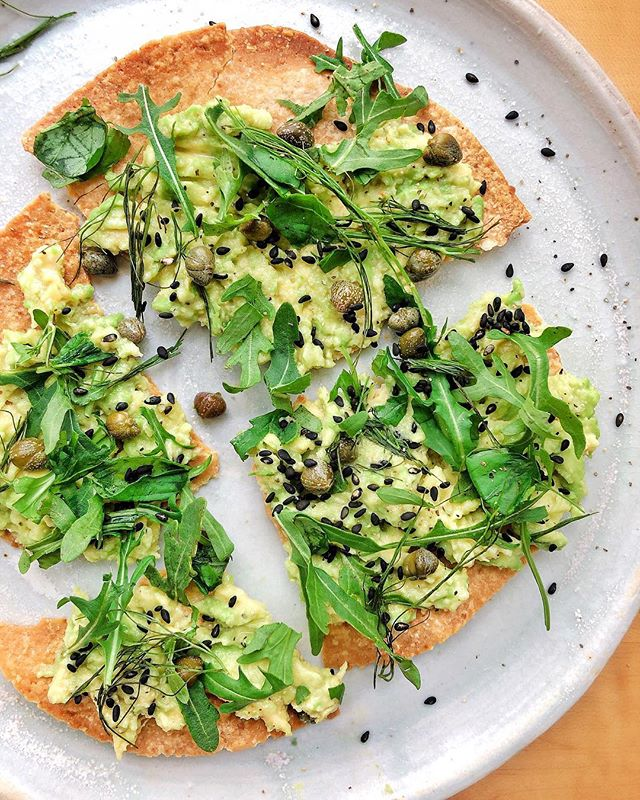 Ok. This breakfast was BOMB!! Thank you @fresh.erica for the inspo! || @sietefoods cashew tortilla (browned in the oven) with 1/2 a smashed avocado, lemon, capers, salt and pepper, sesame seeds, arugula and fennel greens. 🤤🤤🤤 . . . . #thehealthmason #veganbreakfast #glutenfreebreakfast #wellandgoodeats #goodeats #healthybreakfastideas #noleftovers #sietefoods #sietetortilla #cashewflour #cleaneating