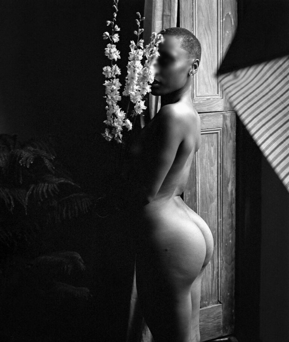 Olivia Cabot nude 21 - flowers blurred.jpg
