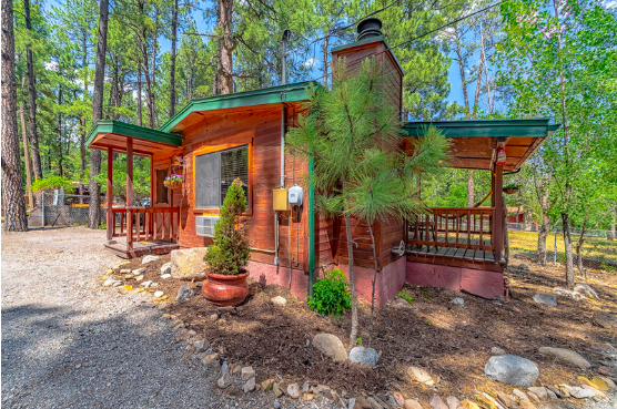 Warning: This adorable little cabin might make you want to go off-grid. Indefinitely.