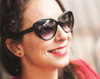 Dani Ruano Ativista de moda e curadora de rolês urbanos, Dani Ruano, é uma profissional multifacetada que transita em múltiplas plataforma, de stylist a cool hunter, produtora, diretora de arte e fotógrafa. Realiza pesquisa de tendências, em São Paulo e Londres, para diversas áreas, entre as quais; marketing, moda e audiovisual, entre os projetos criados e marcas atendidos estão o programa de tendências Manifesto, do canal Glitz Latam, festival Wear Brasil, Zara, CNS, Havaianas, House Of Fraser, entre outros. Formada em moda com especialização em Varejo, Fashion Forecasting e Cool Hunting pela Central Saint Martin,está a frente do Fashion Futures Brasil, um hub de pesquisas e insights para o Futuro da Moda, onde organiza eventos e pesquisa intersecções entre moda, sustentabilidade e tecnologia. Ministrou o curso de Cool Hunting da Belas Artes e no IED São Paulo e Belas Artes é criadora e curadora do Cool Sampa, onde mapeia tendências e movimentos culturais na cidade de São Paulo, conectando criativos e desenvolvendo projetos únicos baseados nessa experiência. facebook.com/fashionfuturesbrasil