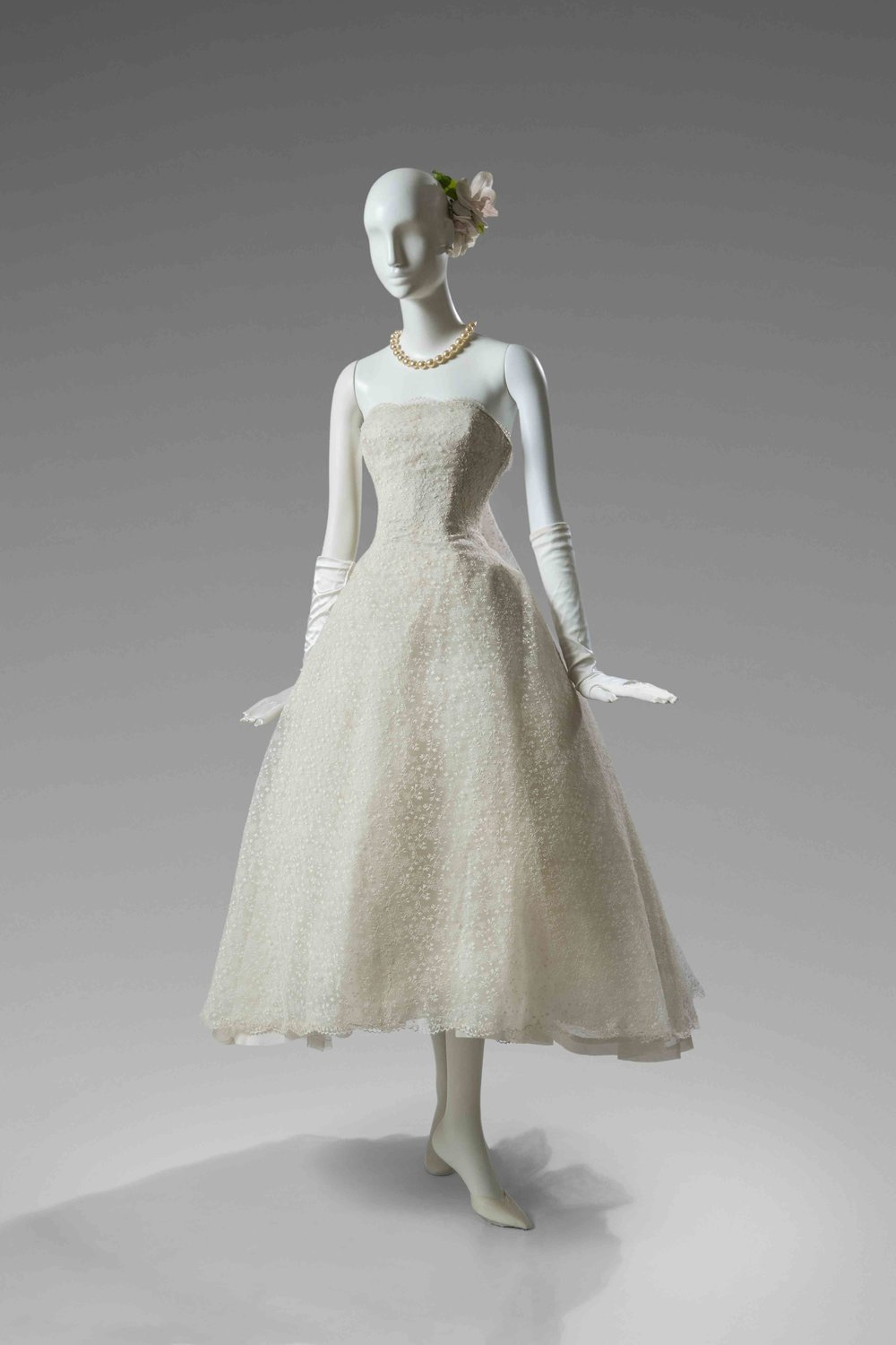 Robe du soir en dentelle Leavers, 1956. Un modèle semblable a été porté par Audrey Hepburn dans le film Funny Face (Drôle de frimousse) de Stanley Donen en 1957 © Collection Dominique Sirop, Paris - Photo Luc Castel.jpg