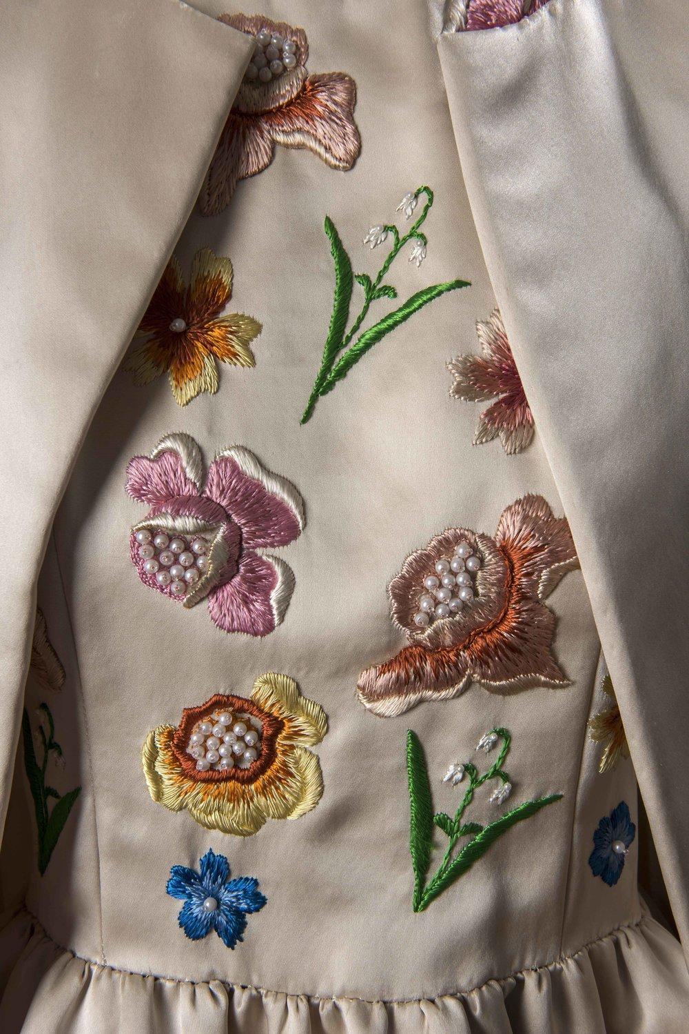 Détail d'un ensemble du soir en satin composé d'une robe brodée au corsage et d'un manteau, porté par Jackie Kennedy lors d'une visite officielle en France, été 1961 © Givenchy - Photo Luc Castel.jpg
