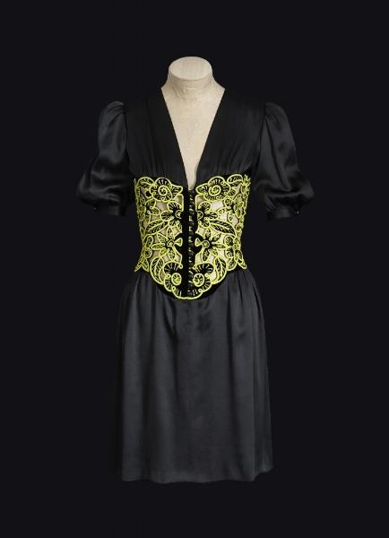 15_robe_de_jour_courte_corselet_brode_de_vert_sophie_carre.jpg