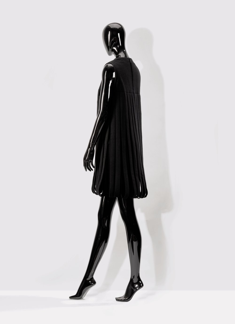 Pierre Cardin - 1969     « Car Wash » model  A crepe cocktail dress with looped fringes  A similar dress in the Metropolitan Museum of New York, and colorful dress in the Victoria and Albert Museum of London's collections  Estimate : €500-900