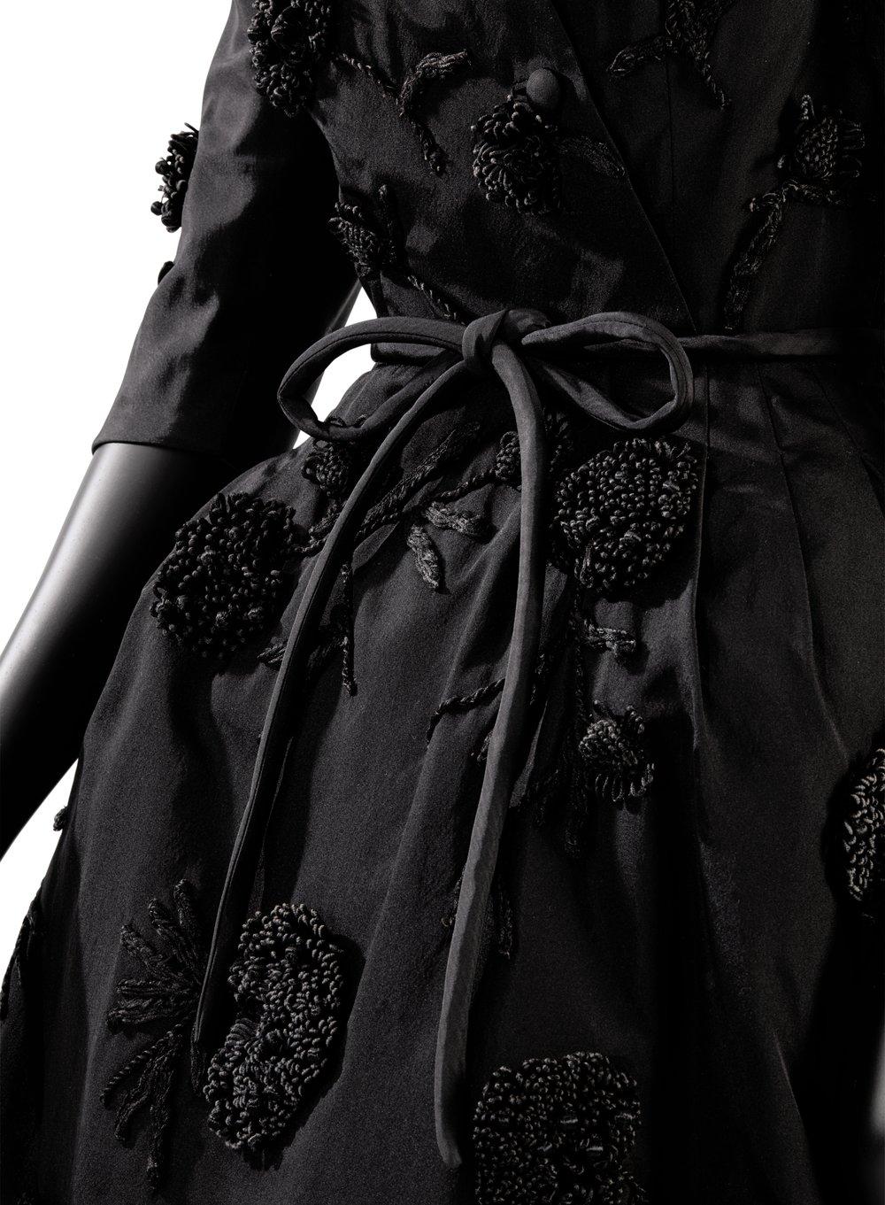 Balenciaga - 1953 Robe de petit dîner, en gros de Naples avec des broderies œillets Estimate : €3,000-5,000