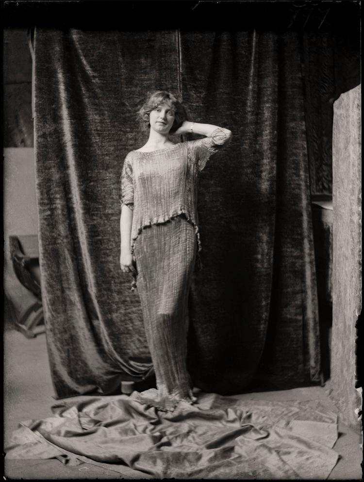 Mariano-Fortuny-Modella-con-abito-Delphos-1920-ca..png