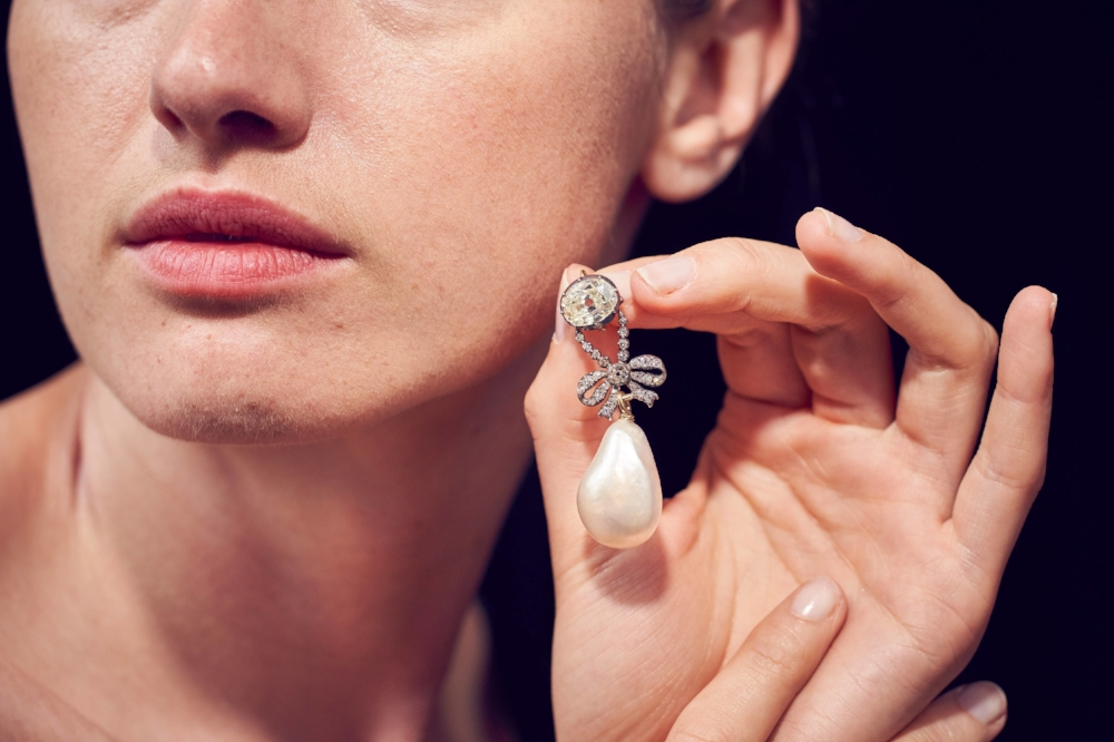 A diamond pendant, supporting a natural pearl of exceptional size/ Estimate: $ 1-2 million