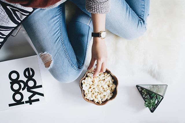I recently wrote a blog post for @huckleberrynz on the what, how and why of snacking! What is it that you are snacking on (whole foods or processed foods?), how is it that you are snacking (mindfully or mindlessly?), and why is that you are snacking (physical hunger or emotional hunger). These are 3 important factors to consider each time we reach for a snack 🤔I also include some quick, easy and tasty snack ideas that you can find at your local @huckleberrynz store 🍎🥑🥕 Follow the link in my bio to read the full blog 💚