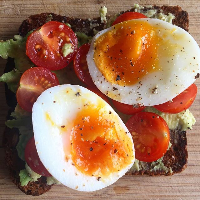 Avo, tomato and soft boiled egg on toast 🥑🍅🍞 Perfect combo of protein, fats and carbohydrate 👌Makes for a great pre-workout snack 🏋️♀️ . . . . . . #nutritionwithphoebe#nutritionistauckland#preworkoutsnack#wholefoodnutrition#easyhealthyeating