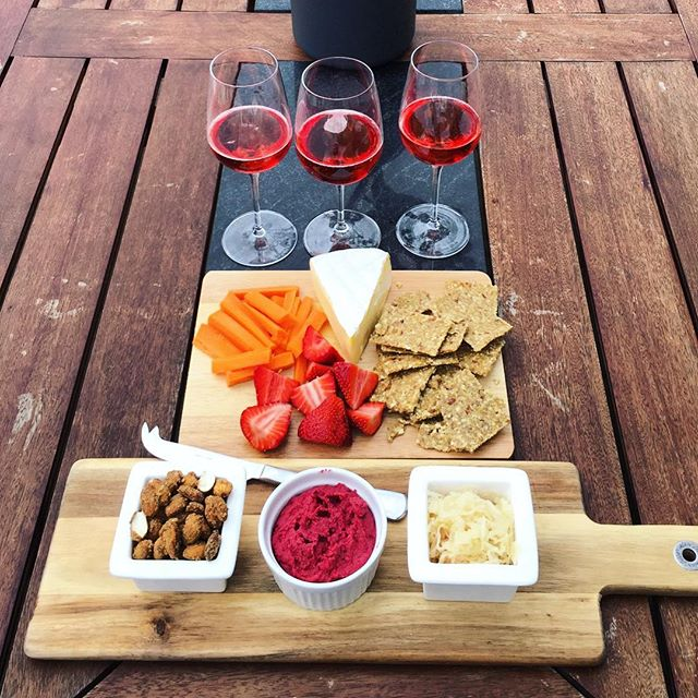 It's platter season 🎄🧀🍓🥕 What are your guys platter go too's? On my platter you will find mustard roasted almonds,  homemade beetroot hummus, sauerkraut, camembert cheese, little bird crackers, chopped carrots and strawberries 😍
