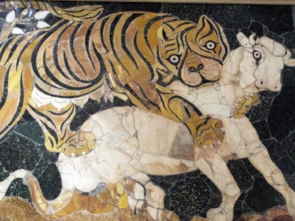 Pannello_in_opus_sectile_con_tigre_che_assale_un_vitello,_325-350_dc_ca,_da_basilica_di_giunio_basso,_02.JPG