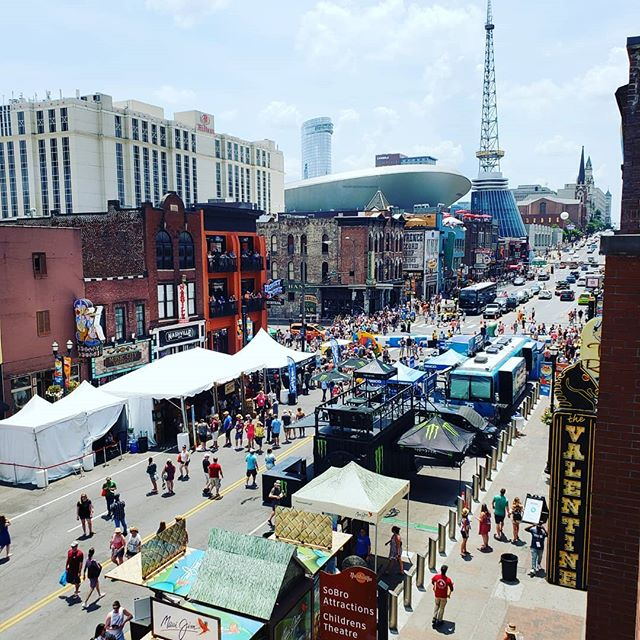 Having fun at CMA Fest!!!!! . . . #art #artfair #international #applicationsopen #artgalleries #galleries #opencall #nashville #tennessee #contemporary #tradeshow #production #curator #nyc #lifestyle #decor #highart #painting #sculpture #installation #performance #artcollector #collections #collectors #luxury #design #artnashville