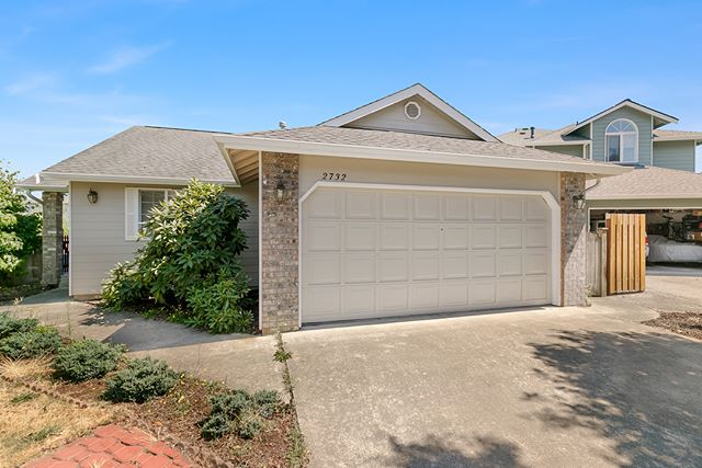 Just listed this extremely affordable rambler in Marysville. Literally seconds to tons of shopping, restaurants, and instant access to I-5. Great option for commuters, first time home buyers – honestly anyone that is looking for something nice for under 300K! 🗝 ——— 💵 $289,000 🏡 1,160 sqft 🛏️ 3 Beds 🛁 2 Baths 😍 2 side decks in the yard, vaulted ceilings, stainless steel appliances, & instant access to tons of shopping and I-5 ——— 🔗 Link in bio ——— 📸: @teejaysimon ——— Feel free to message me if you have questions or want to see this home!