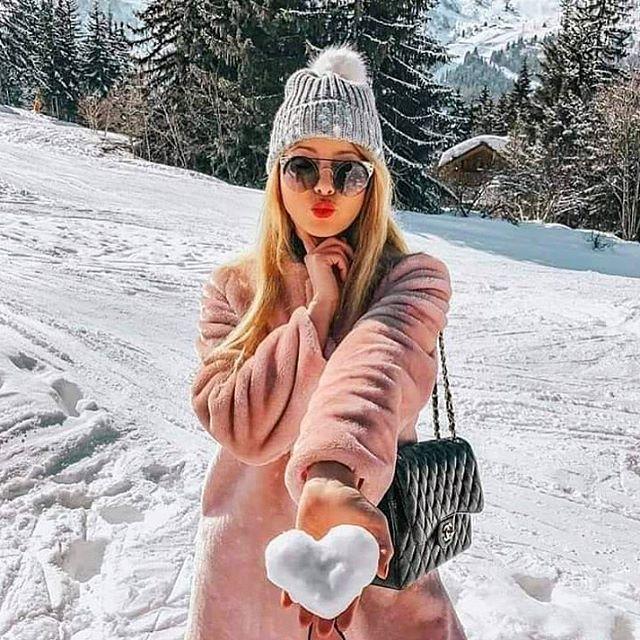 Winter days 💕❄️ #uptosnowgood 📸:// @alina_ivanova1405 . . . #somuchyes #winterdaze #snow #style #letitsnow #winter #livebedrink #nkdwine #wine #drinkwine #sharewine #winelover #winedrinker #roséallday #winterwine #nakedwinery