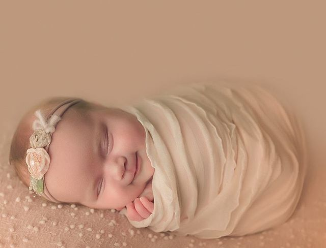 Cutest little thing ever 💗  #mom #baby #newborn #newbornphotography #fotograaf #fotografiadebebes #bebe #sanantoniophotographer #sanantonionewbornphotographer #clickinmoms #babyphotography #boernephotographer #nyföddfotograf #babyposing #cute #adorable #babygirl #mommyandme #Nikon #d750 #babies #fresh #shootandshare