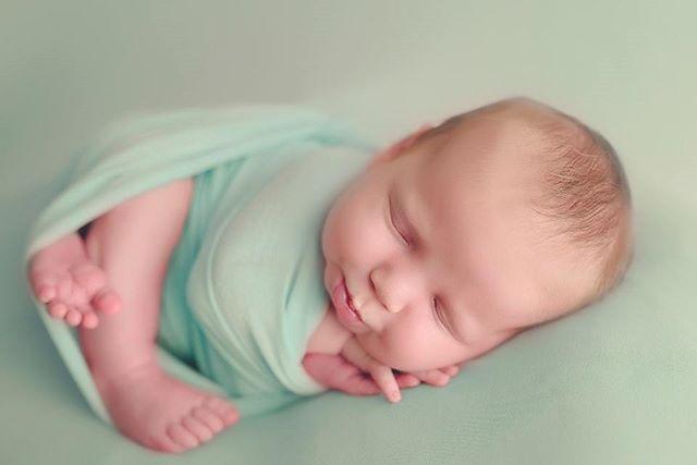 Kinda love this color 🙌  #mom #baby #newborn #newbornphotography #fotograaf #fotografiadebebes #bebe #sanantoniophotographer #sanantonionewbornphotographer #clickinmoms #babyphotography #boernephotographer #nyföddfotograf #babyposing #cute #adorable #babygirl #mommyandme #Nikon #d750 #babies #fresh #shootandshare