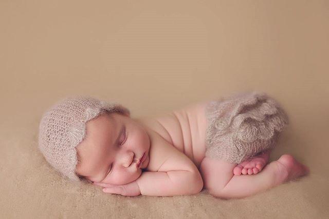 💗💗💗 #babyphotography #mom #baby #newborn #newbornphotography #fotograaf #fotografiadebebes #bebe #sanantoniophotographer #sanantonionewbornphotographer #clickinmoms #babyphotography #boernephotographer #nyföddfotograf #babyposing #cute #adorable #babygirl #Nikon #d750 #babies #fresh #shootandshare #props