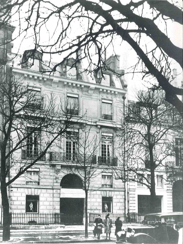 30 Avenue Montaigne, circa 1947. Dior Héritage collection, Paris.jpg