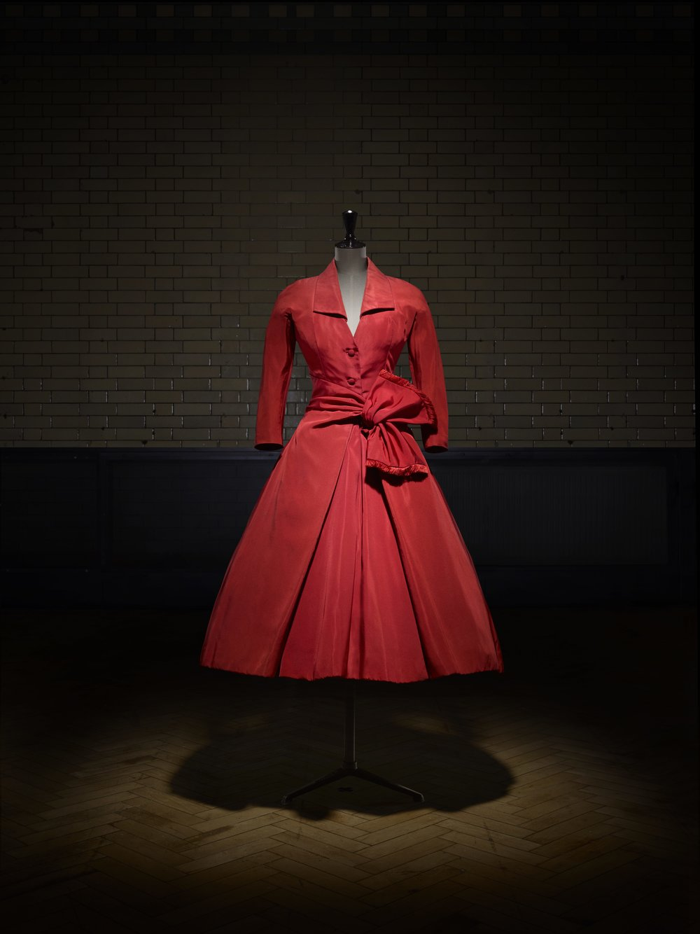 Écarlate afternoon dress, Autumn-Winter 1955 Haute Couture collection, Y line. Victoria and Albert Museum, London. Photo © Laziz Hamani.jpg