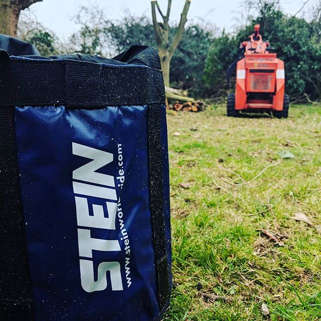 I think the Stein rope bags are some of the best ones available, simple, cheap and durable. Could do with better pullcord and toggles on them though 🤔 @steinworldwide . . . . #stein #ropebag #fletcherstuart #arbwork #arboristsofinstagram #arb #arblife #treework #treelife #arboriculture #arborist #treeclimbing #treeworker #treeclimber #rope #skidsteer #miniloader