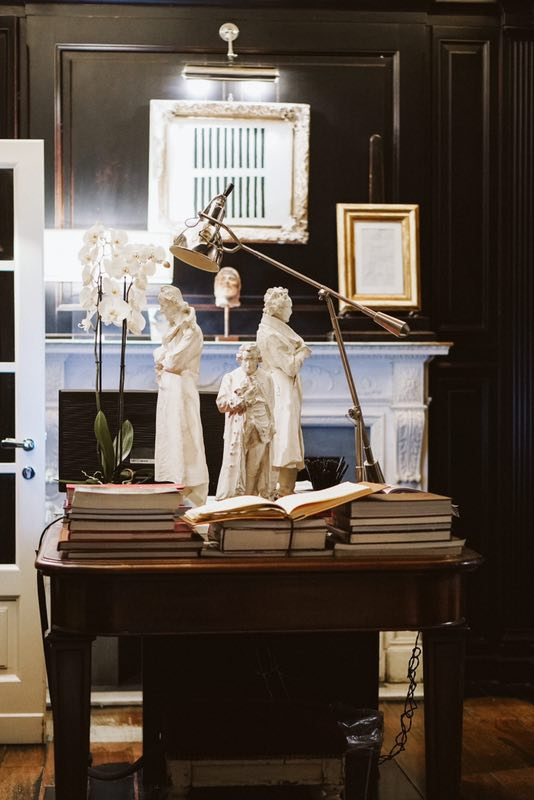 The charming Library is served as reception and is full of books that are available to guest. Plaster casts depicting famous writers from the 1800's are from a well known casts gallery. Above the Regency fire place, a painting from the 80's hangs.