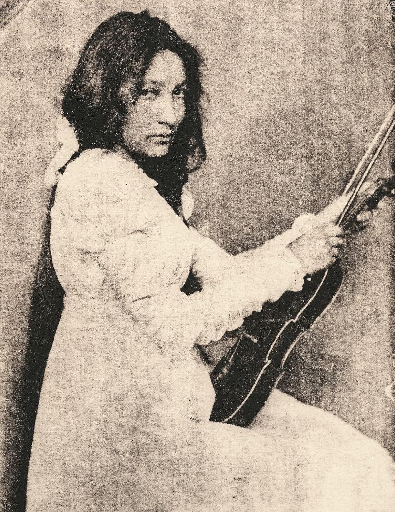 Zitkala_Sa_1898_with_violin.jpg