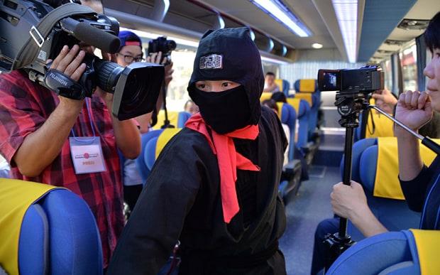 Ninja performance on sightseeing bus – photo APP