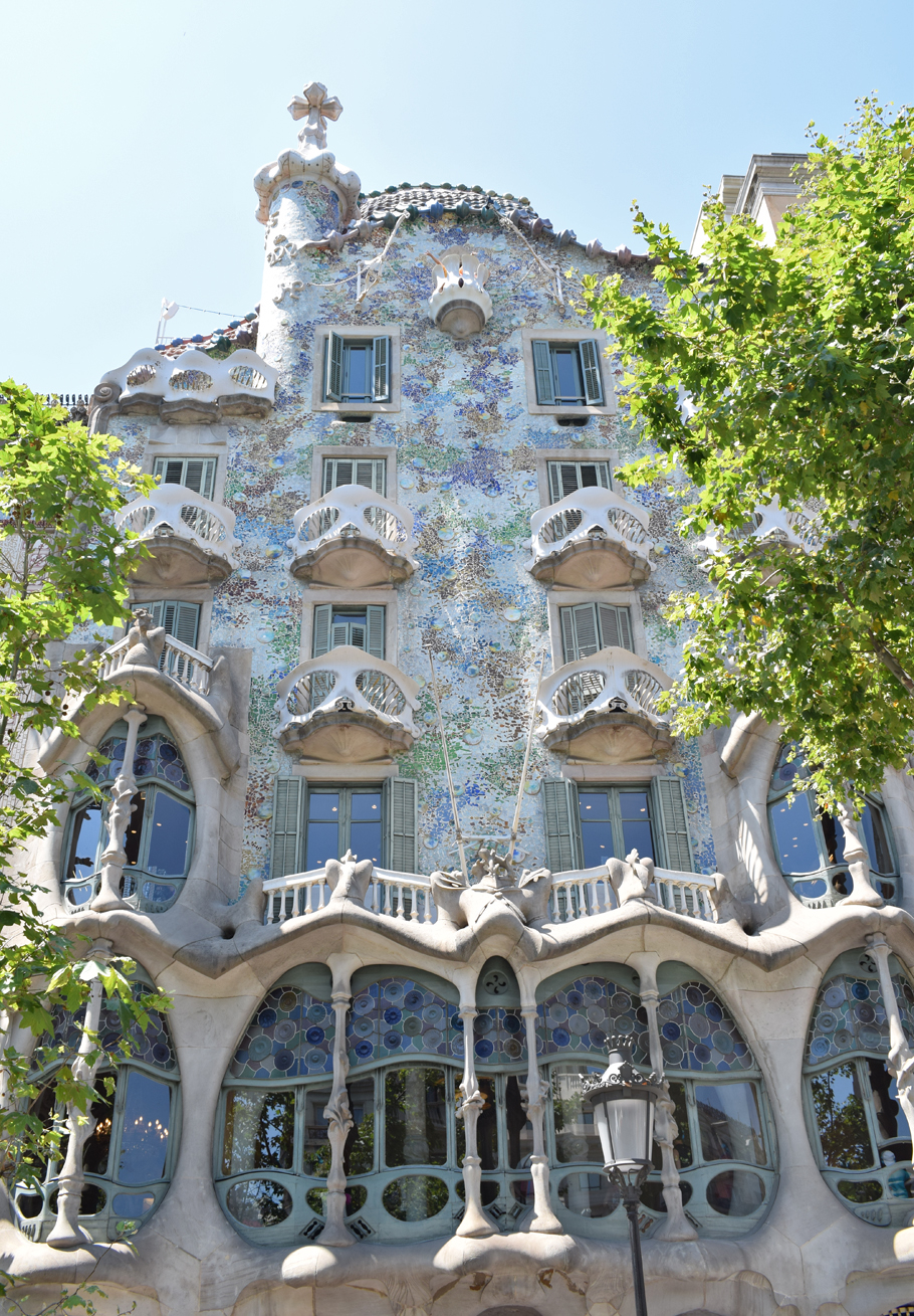 From La Sagrada Família to arty neighbourhoods and cute cafes, Barcelona has a lot to offer visitors to Spain. You can wander around Park Güell, eat everything you see at La Boqueria Market, tan on Barcelonetta's beaches, stop for coffee in Gràcia and spot all the Gaudí architectural marvels you can. Here are some tips on what to do, see and eat in this magical Catalonian city.