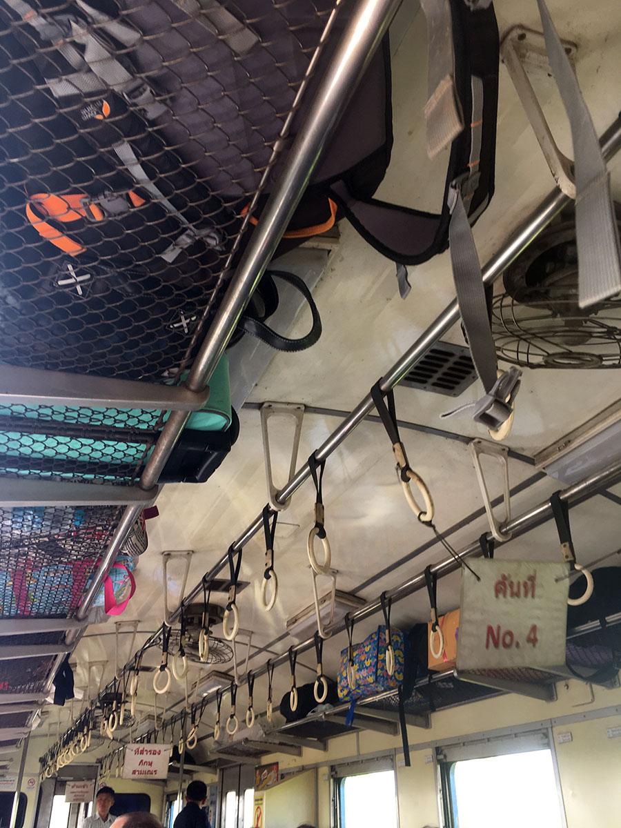 Interior dalam kereta menuju Ayutthaya. 11-12 sama KRL Ekonomi Jabodetabek tahun 2011-an kalo menurut saya, sih..