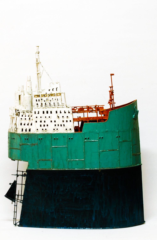 """PANAGIOTIS POUGARIDIS   Panagiotis Pougaridis est né à Thessalonique en 1968, où il vit et travaille. Panagiotis Pougaridis fait des bateaux.                                      Les bateaux de Panagiotis Pougaridis sont faits de bronze et de cuivre.  """"Vivant à Thessalonique, ville de bord de mer, l'œil s'entraine en permanence sur la mer, le port, les bateaux. J'ai remarqué leur volume immobile, clairement dessiné par la lumière du soleil ou palissant vers l'indiscernable dans la brume. Une vision récurrente et en même temps diverse et captivante.  Chargé de l'expérience de ces images, j'ai créé des petits et des grand bateaux, objets conjecturaux, par lesquels j'essaie de reproduire toutes ces visions diverses et de soulager leur monotonie, les représentant parfois sous leurs véritables proportions et d'autre fois comme si ils étaient déformés par la mémoire des perspectives visuelles de leur imposant volume.  Mon œil voyage de la surface de l'eau au pont, de la proue à la poupe, s'attache au détail de leur haubanage, identifiant leur dimension sculpturale, dessinant auprès des multiples couches de peinture, de rouille, l'usure causée par la mer et la désertion, découvrant la valeur conjecturale du symptomatique/de l'incidence… alors l'expérience visuelle est transférée vers l'objet en souhaitant dépasser sa forme habituelle et les standards chromatiques.  A la fin je tiens un objet ; la répétition de celui-ci ne m'ennuie pas… bien au contraire elle m'enflamme à vouloir recommencer, à rechercher d'autres manières et d'autres variations pour le reproduire.""""     Panagiotis Pougaridis was bron in 1968 in Thessaloniki, where he lives and works. Panagiotis Pougaridis does ships.                                        Panagiotis Pougaridis's ships are made of bronze and copper.    """"Living in Thessaloniki, a city by the sea, the eye constantly trains upon the water, the port, the ships, I noticed their volume standing still, clearly outlined in the sunlight or fading awa"""