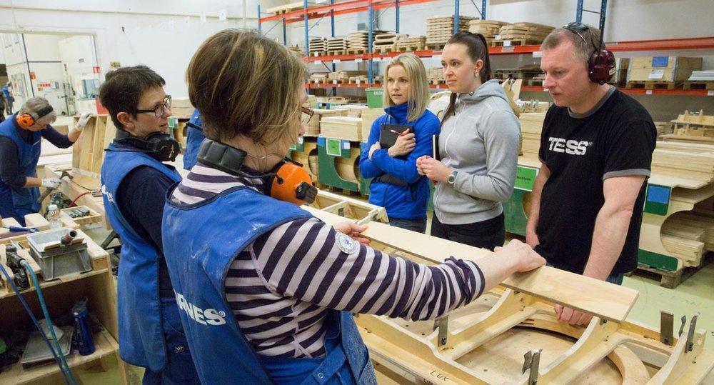 Fysioterapeutene Malin Renate Seljeset og Kristine Maurset frå Bedriftshelse1, avdeling Nordfjordeid, gjer ei ergonomisk kartlegging. FOTO: Pål A. Berg.