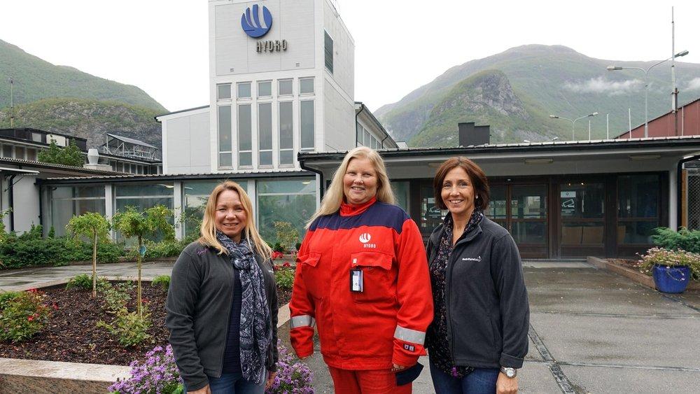 Vår yrkeshygienikar Gro Charlotte Fretheim Sraidi (t.v.) og områdeleiar i Årdal, Annbjørg Olga Lereng (t.h.), jobbar tett med Hydro i Årdal. Her saman med HMS-leiar Hanne Hoel Pedersen (i midten).