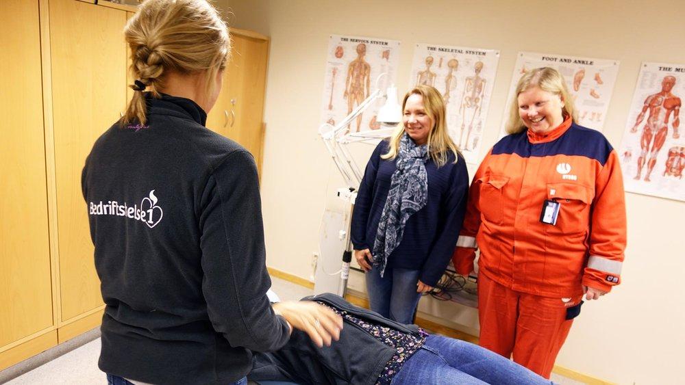 Bedriftsfysioterapeut    L   ine Lereng viser korleis ho behandlar dei tilsette ved Hydro i Årdal når det er behov.