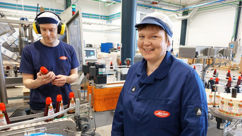 Trine Lerum Hjellhaug saman med Roger Hjellhaugsom jobbar i syltetøyproduksjonen.