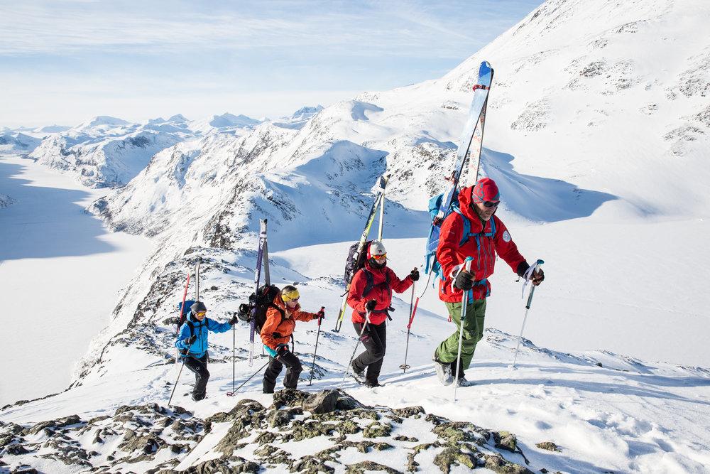 På turen opp sjølve eggen, festar vi skia på sekken. Bruk sekk med skifester på sidene eller diagonalfeste.  Foto: Kjell Erik Reinhardtsen