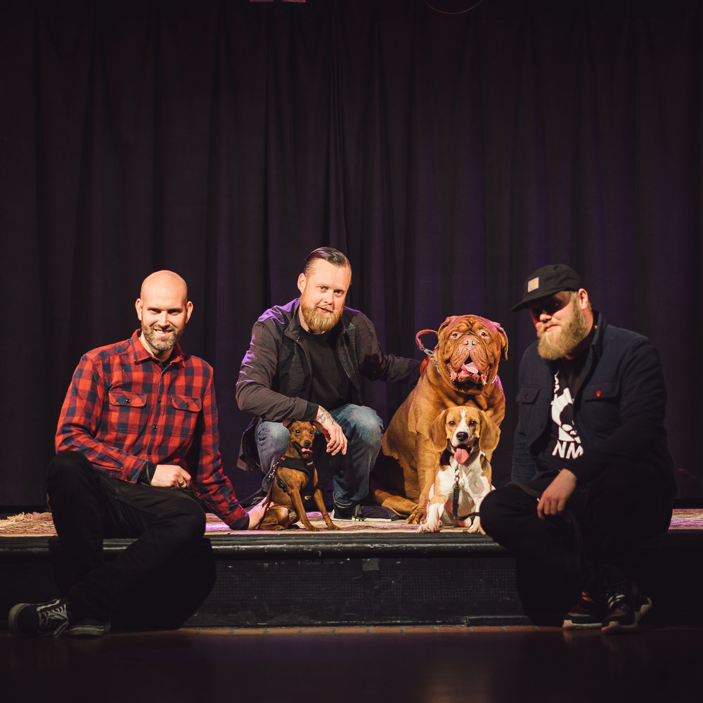 Kjartan, Martin og Hallvard sammen med Bruno, Boris og Bønna. Foto: Privat