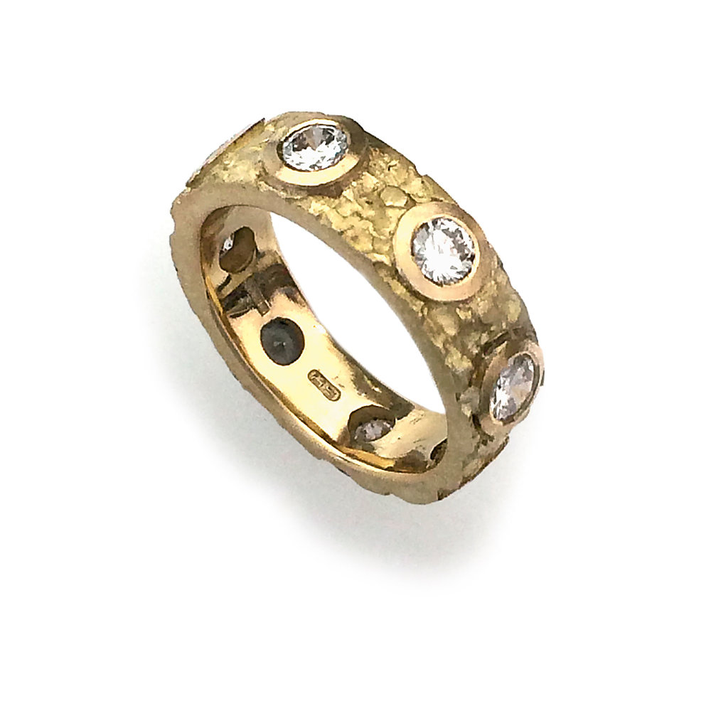 Etched 18ct gold ring with flush setting incorporating round brilliant diamonds