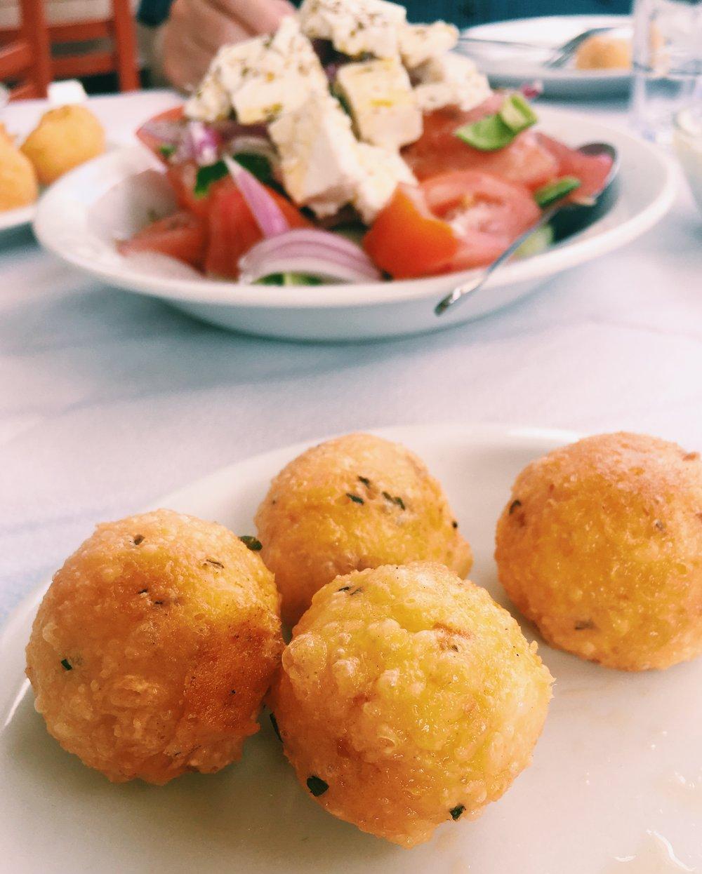 Legendariska ostbollar serveras på taverna i bergen.