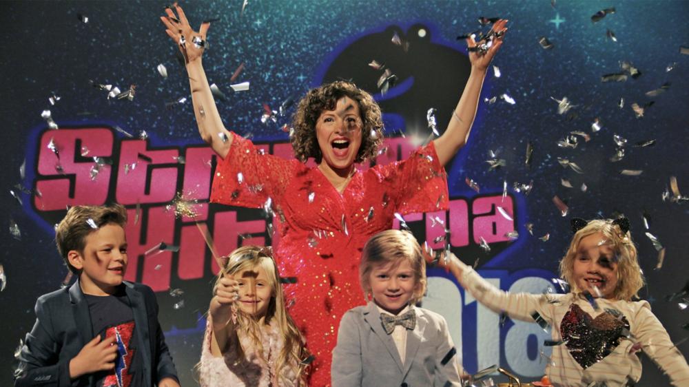 Oskar, Molly, Alex och Linnea var en otroligt proffsig jury i Barnens Eurovisa. Jag lajvade julgranskula.