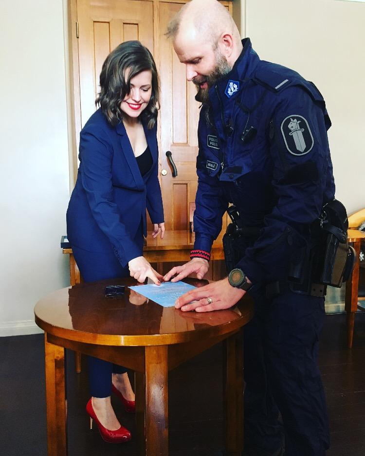 Författar-Eva har blå kostym.
