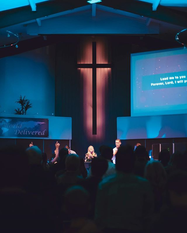 ITS SUNDAY! Who's ready to worship tonight? Service starts at 6PM! We can't wait to see you!