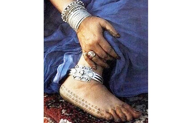 Berber Women tattoo.  Berber women believes that tattoos could be used to heal illnesses and infertility. The shapes and symbols are both of cosmetic and therapeutic value. . #traditionaltattoos #traditionalbeauty #traditionalcosmetics #hennatattoos #berberwomenofmorocco #berberwomen #lolalovecargostyle #sisterhoodoflolalovecargo #preservetraditionalcraftsmanship