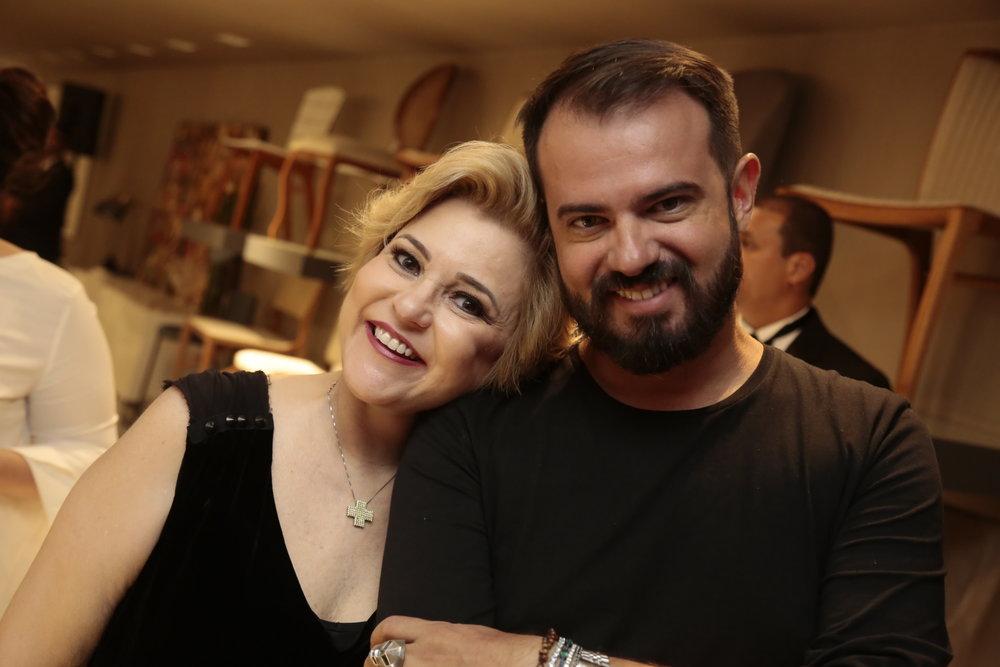 A colunista social Roberta Jungmann e o cabelereiro e maquiador Leo Silva.JPG