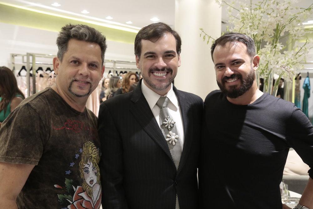 Henrique mello, um dos responsáveis pela produção do desfile, Sandro Barros e Leo Silva.JPG