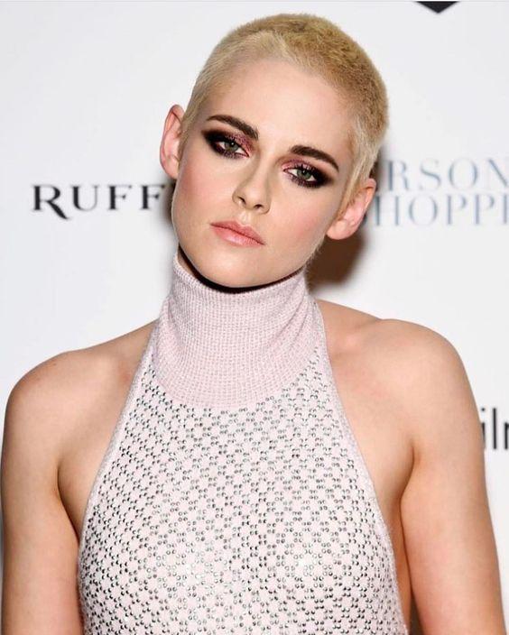 Esfumado bafo e quase desconstruído para Kristen Stewart | Foto: Dia de Beauté