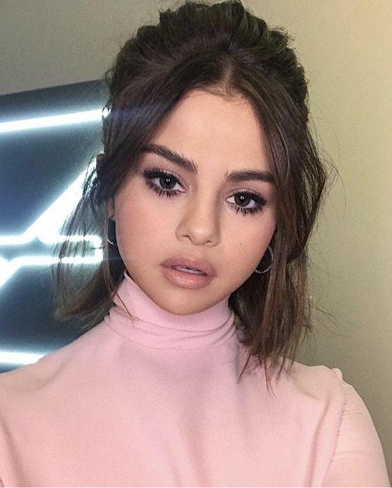 Selena Gomez não quis saber de marcar a sobrancelha, só deu uma penteada mesmo.