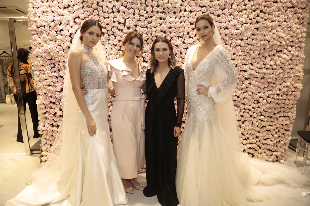 Mary Mansur e Patricia Bonaldi ladeada por modelos_foto Gleyson Ramos.JPG