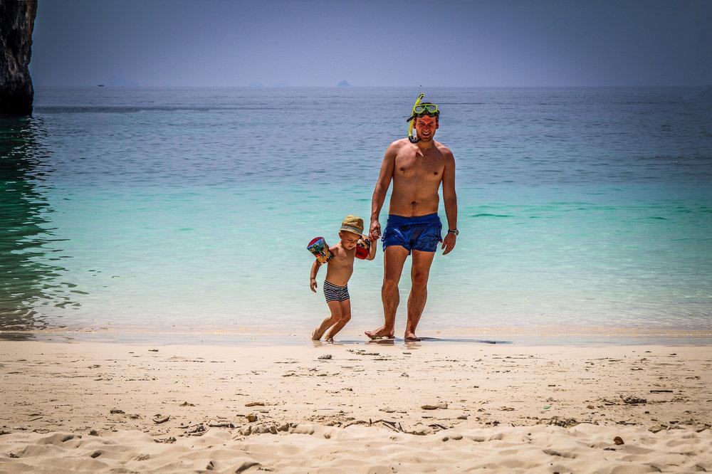 Reizen met Kinderen Thailand  Koh hong Krabi Koh Phi Phi vaderzoon snorkelen.jpg
